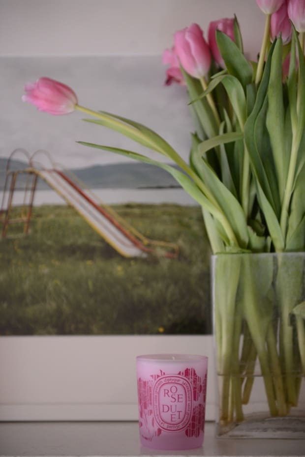 mantle-candle-and-tulips