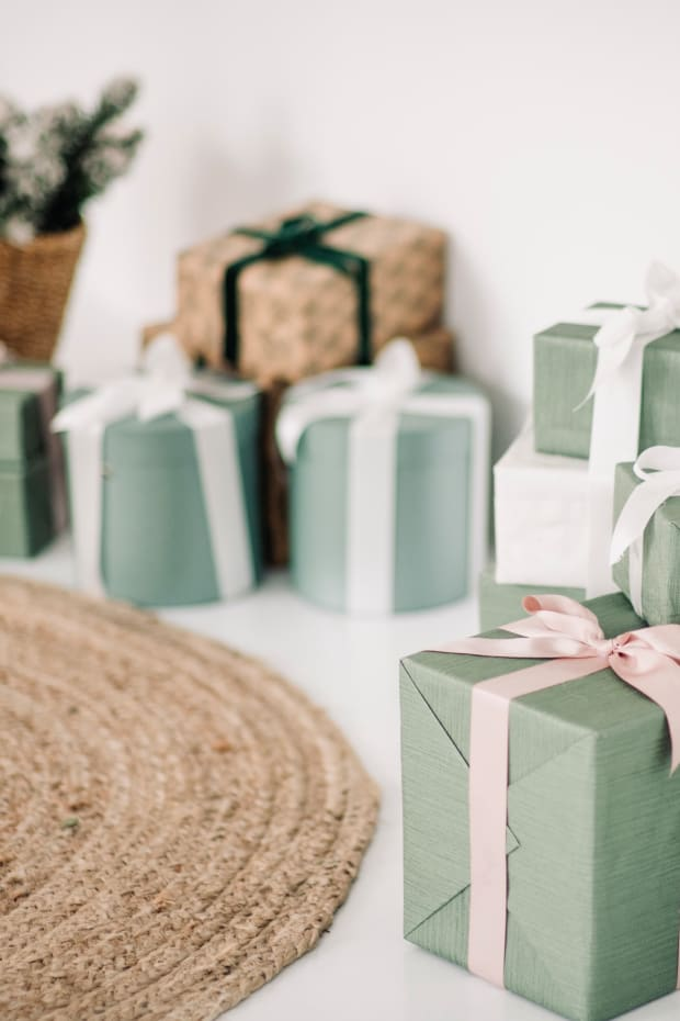 gifts-gift-box-presents-opening-presents-wrapping-presents-opening-gifts-holiday-gifts-wrapped-gifts_t20_N0zeXB