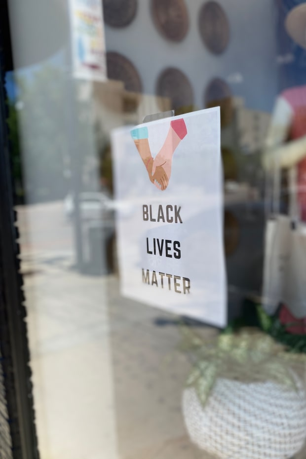 black-lives-matter-posted-in-store-window_t20_kLLdm2