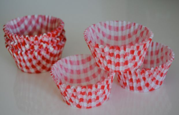 {Gingham cupcake holders from BakeItPretty}