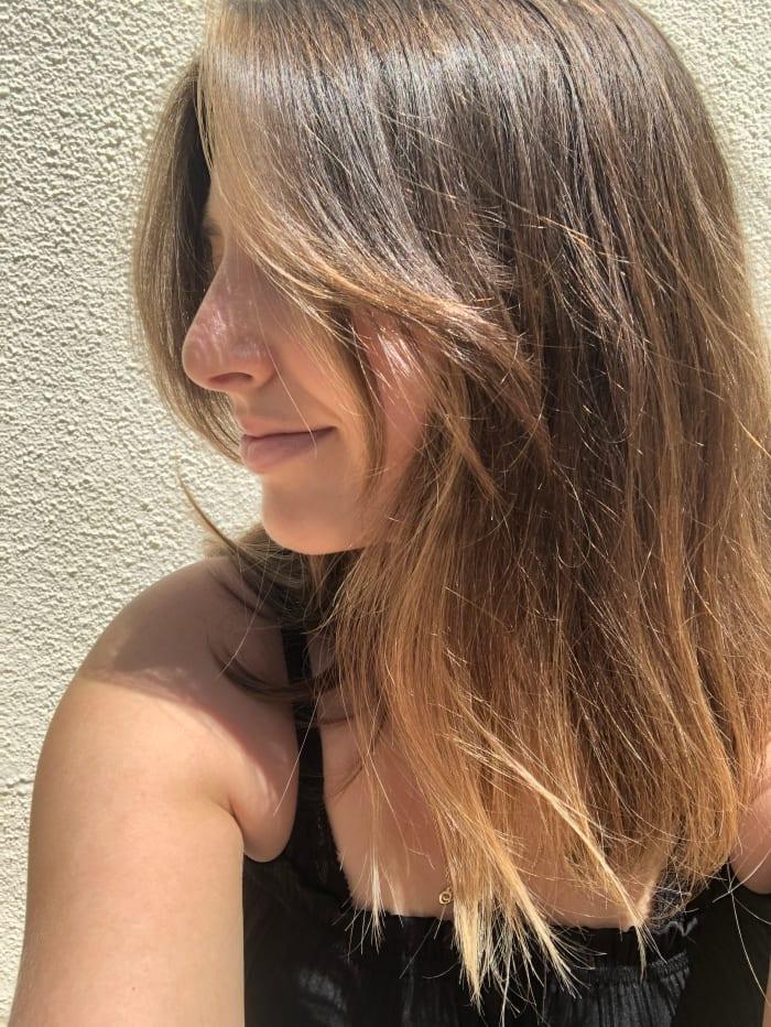 La meilleure chose que j'ai faite pour mes cheveux en quarantaine n'a rien à voir avec la coupe d'une frange