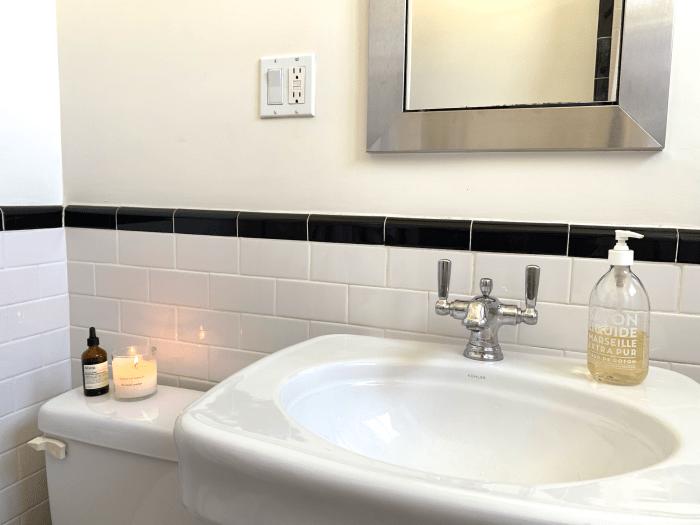 Comment faire une salle de bain minuscule (avec presque aucun stockage) se sentir luxueuse