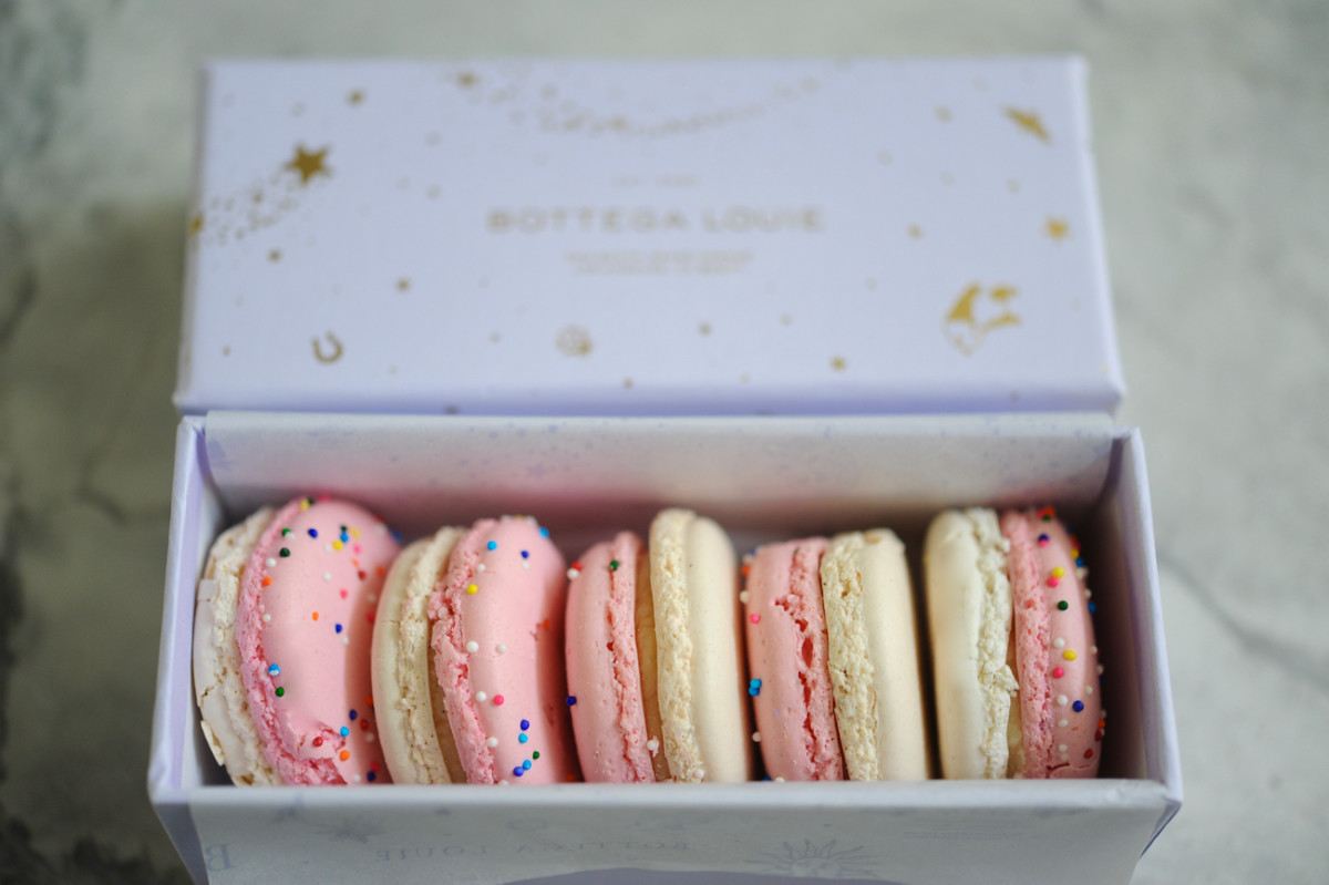 {The cutest (and most delicious) birthday cake French macarons}