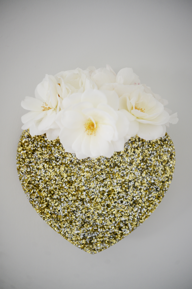 {A glittery heart wall vase to spruce up an empty corner in the nursery}