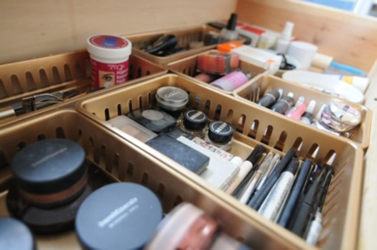 {Dividers for: powders, bronzers and eye make-up}