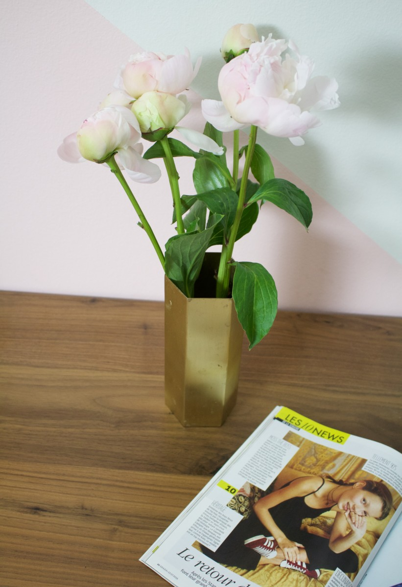 {Monday necessities: fresh flowers and French magazines}