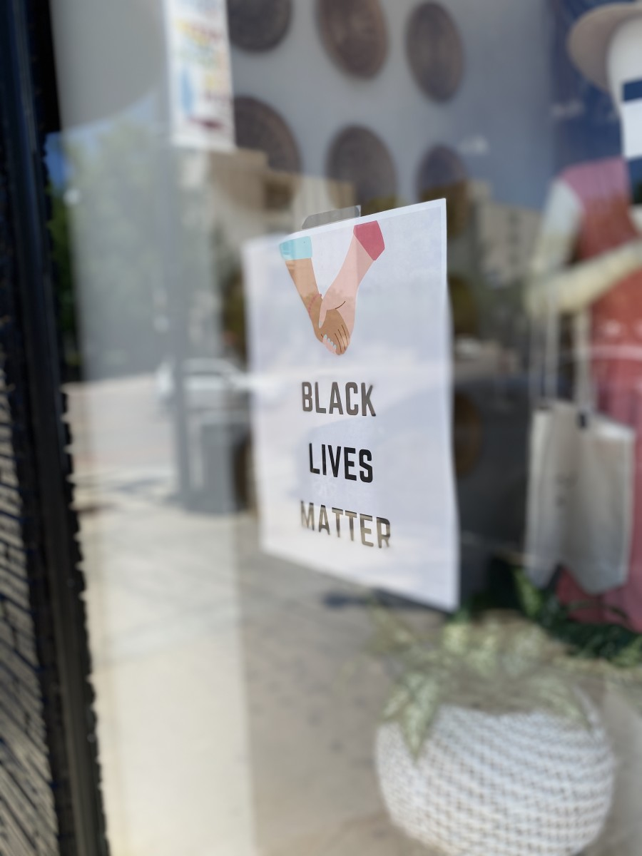 black-lives-matter-posted-in-store-window_t20_kLLdm2
