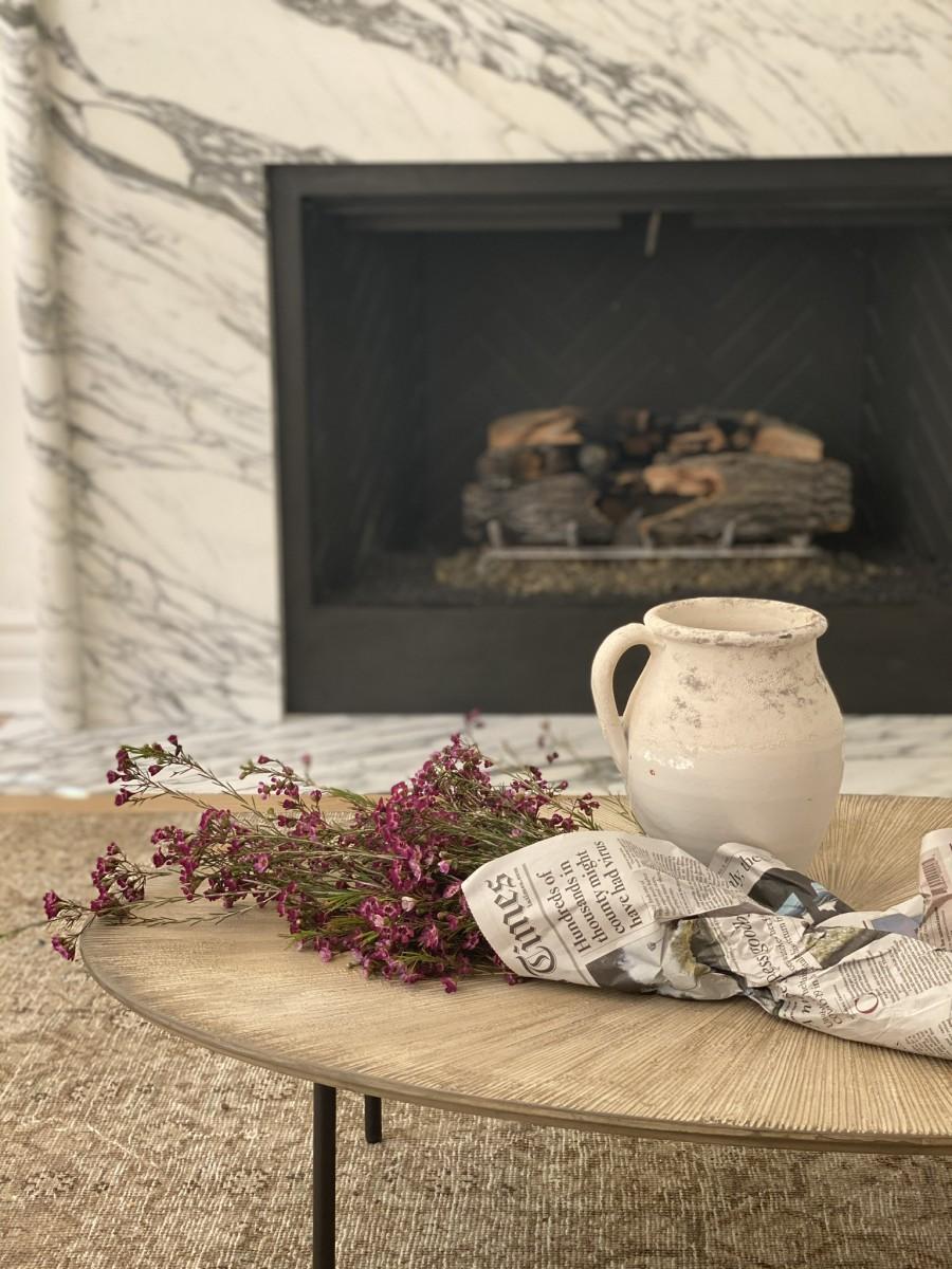 Fleurs de cire prêtes à entrer dans un vase vintage préféré.